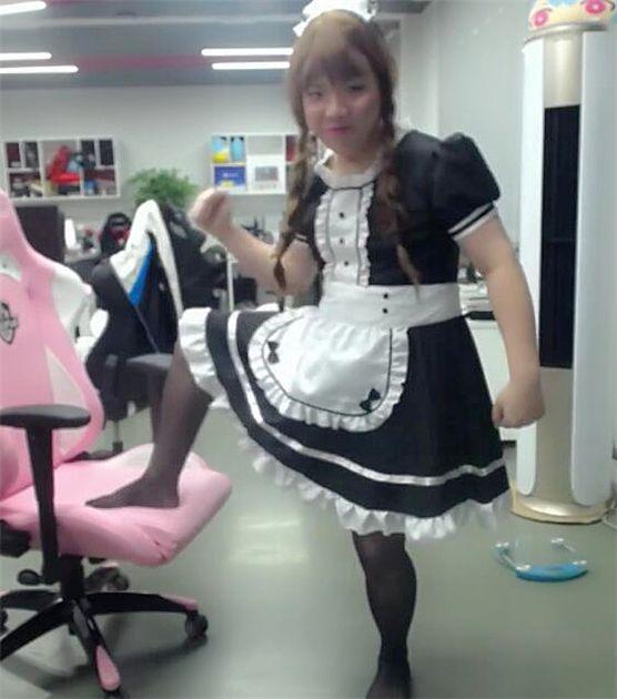 AJ女装直播引网友热议:魔法少女蒙多出现了!